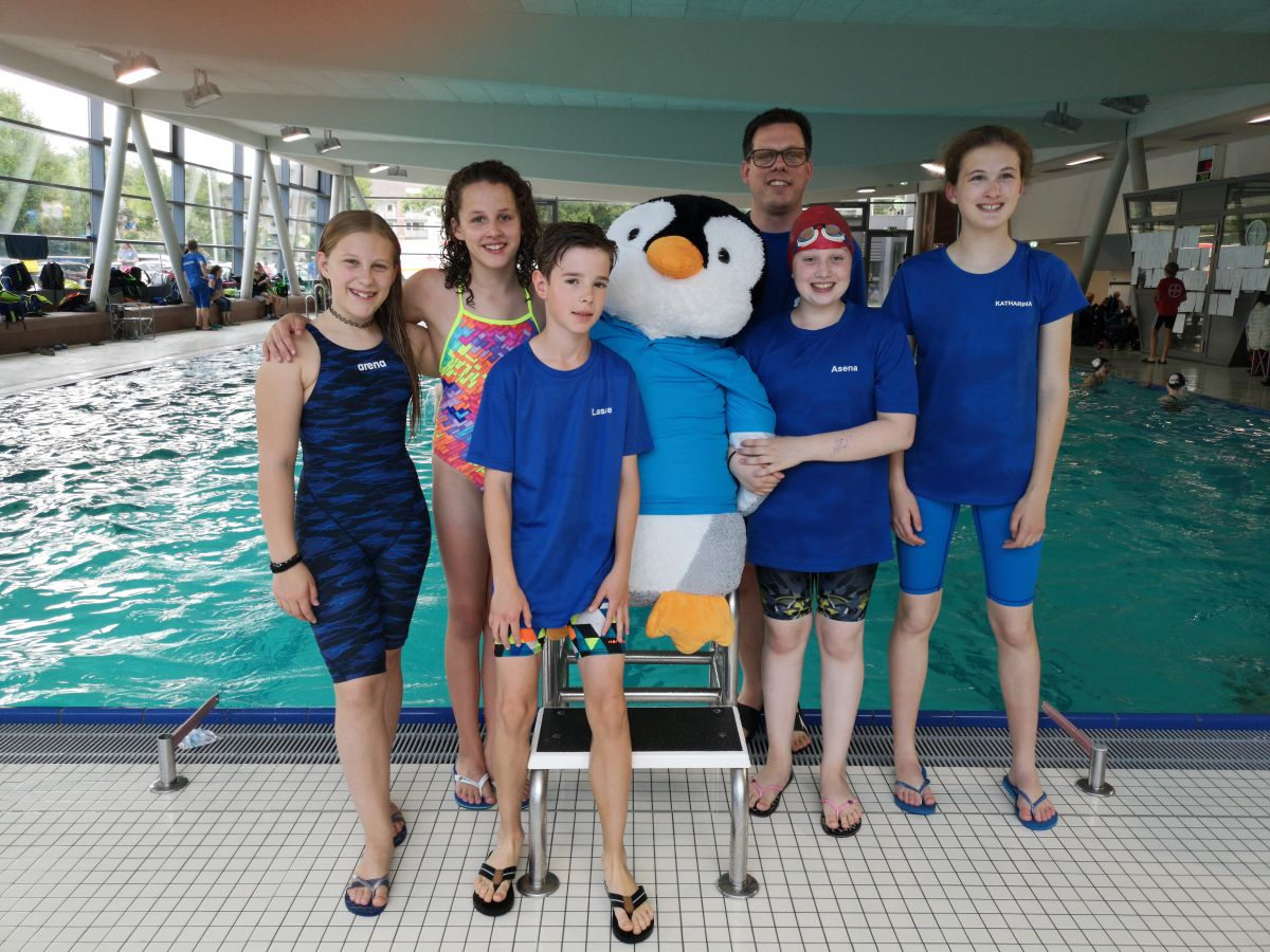 Die Schwimmer und Schwimmerinnen des TV Korschenbroich an den Verbandsjahrgangsmeisterschaften (von links: Alana B., Paula R., Lasse N., Asena B., Katharina D.)